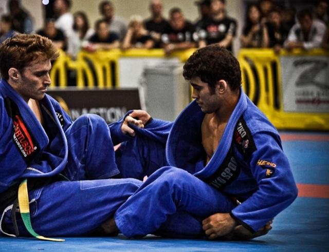 Otávio Sousa embolado com o louro Clark Gracie. Foto: Cristian Buitron/GRACIEMAG.
