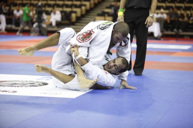 Rodolfo Vieira rumo ao título, durante semifinal do absoluto em Abu Dhabi, em abril. Foto: Ivan Trindade.