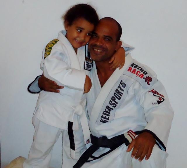 Rogério Marshal, da Gracie Humaitá, e a filhota Rayssa, futura campeã de Jiu-Jitsu. Foto: Divulgação.