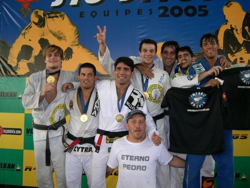 """Francisco """"Toco"""" à frente do time da Nova Geração bicampeão no Brasileiro de Equipes da CBJJ, em 2005. Foto: Divulgação."""