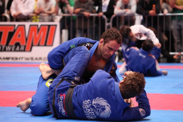 Victor Estima e Clark Gracie na final dos médios do BJJ British Open. Foto: Daren Bartlett/GRACIEMAG.com.