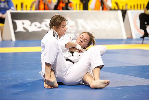 """Ao estilo """"cyborg"""", Luanna Alzuguir realiza os treinos de Jiu-Jitsu do futuro para vencer"""