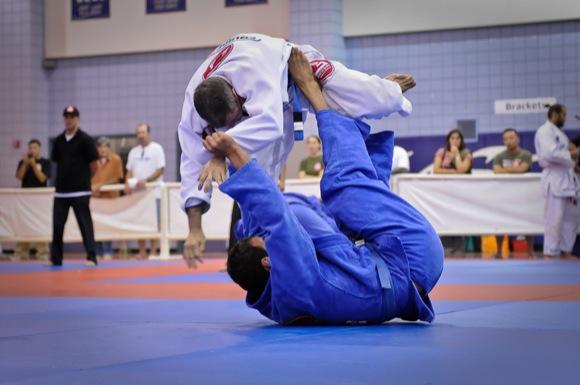 Uma clássica raspagem no Jiu-Jitsu. Foto: Regis Chen/GRACIEMAG
