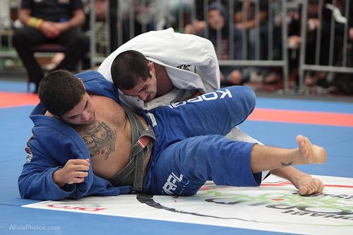 Marcel Fortuna tenta controlar do lado no Jiu-Jitsu. Foto: Alicia Anthony