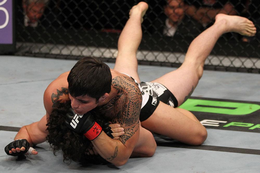 Erick Silva fez o espalha-frango e finalizou Charlie Brenneman ontem, no UFC on FX 3 na Flórida. Foto: Josh Hedges/Zuffa