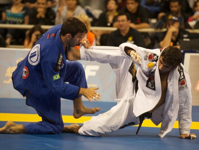 O campeão peso leve Leandro Lo (de branco) contra Lucas Lepri na final do Mundial 2012. Foto: GRACIEMAG