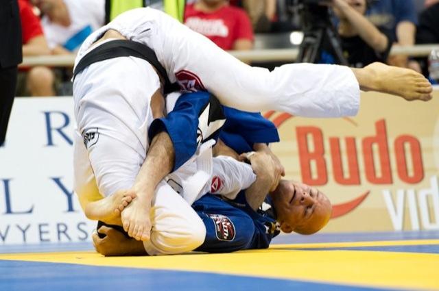 Finte a raspagem de gancho e gire para o armlock no Jiu-Jitsu
