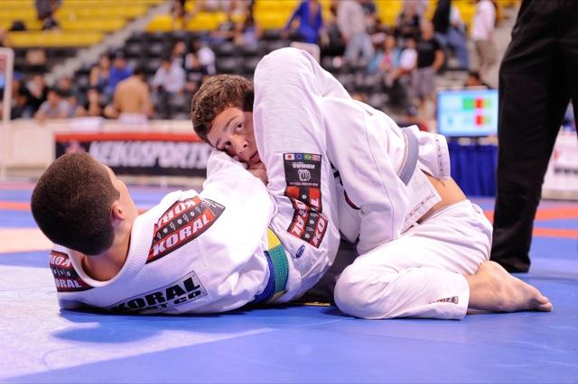 Sem se intimidar com graduação, faixa-azul de Jiu-Jitsu desbanca faixa-preta
