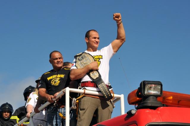 O campeão Junior Cigano e Luiz Dórea em Salvador, no desfile em carro aberto pela cidade. Foto: Divulgação/UFC.