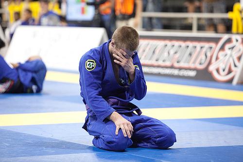 Keenan se emociona com o próprio feito, após vitória no placar em cima de Paulo Miyao. Foto: Dan Rod/GRACIEMAG