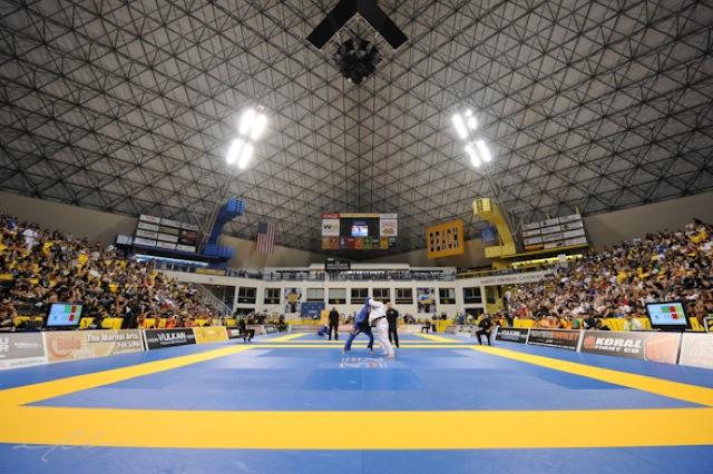 O povo do Jiu-Jitsu unido, assim no estádio em Long Beach como no Twitter GRACIEMAG. Foto: Mike Colón.