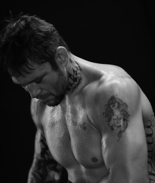 Renato-Babalu-calca-as-luvas-para-treino-de-MMA-em-foto-de-Mike-Colon