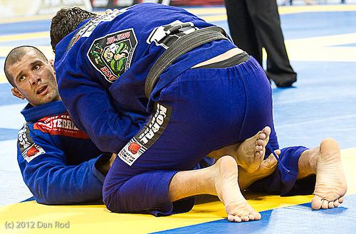 Rodolfo percebe que está atrás no placar, 8 a 7, no fim da luta contra Bochecha. Foto: Dan Rod/GRACIEMAG