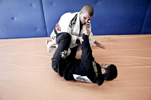 Rodolfo Vieira tenta passar guarda no treino de Jiu Jitsu. Foto: Arquivos GRACIEMAG