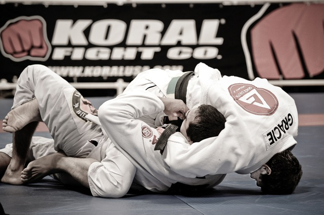 Roger Gracie buscando a montada, em luta contra Bernardo Faria no Mundial 2009. Foto: Regis Chen/GRACIEMAG