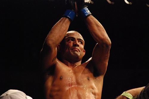 Serginho Moraes sobe no octagon para agradecer a torcida do UFC BH