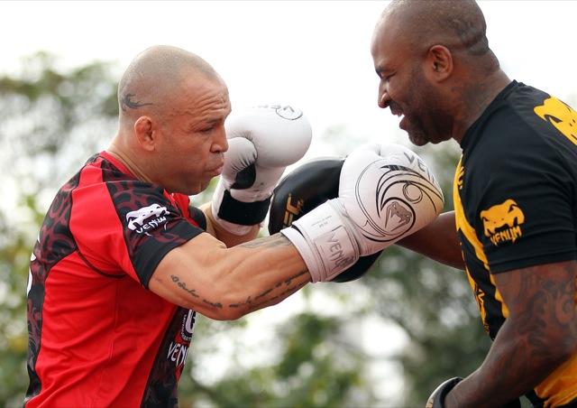 Wanderlei aquece os punhos com Rafa Cordeiro na Praça da Estação, nos treinos abertos para os fãs do UFC. Fotos: Josh Hedges/UFC