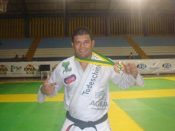 Fera da equipe de Jacaré acerta relógio e vence absoluto faixa-preta no Ceará