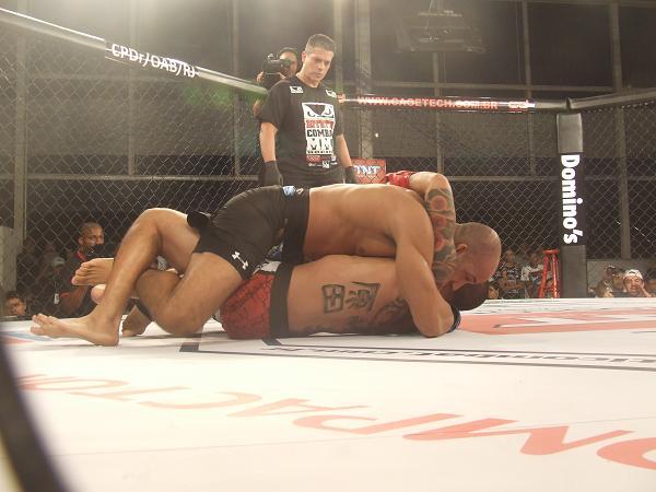 Comece a semana com um novo estrangulamento sem kimono útil no MMA