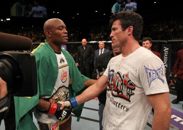 Anderson e Chael Sonnen se cumprimentam após a vitória do campeão no 2R, no UFC 148, em Vegas. Foto: Josh Hedges/Zuffa LLC/UFC Divulgação