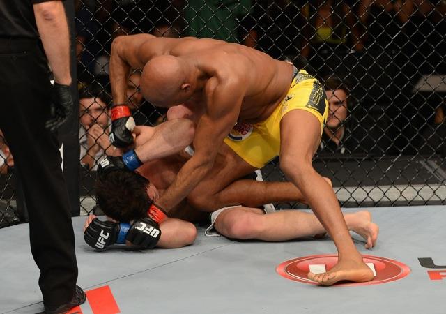 Anderson Silva mata a guarda de Sonnen com o joelho e espanca o desafiante, nos momentos finais do UFC 148. Foto: Divulgação/UFC.
