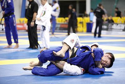 Fera da GFTeam ensina a emborcar e pegar as costas no Jiu-Jitsu