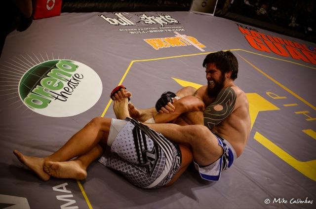 Robert Drysdale ataca o braço no MMA em Houston, em 13 de julho. Fotos: Mike Calimbas