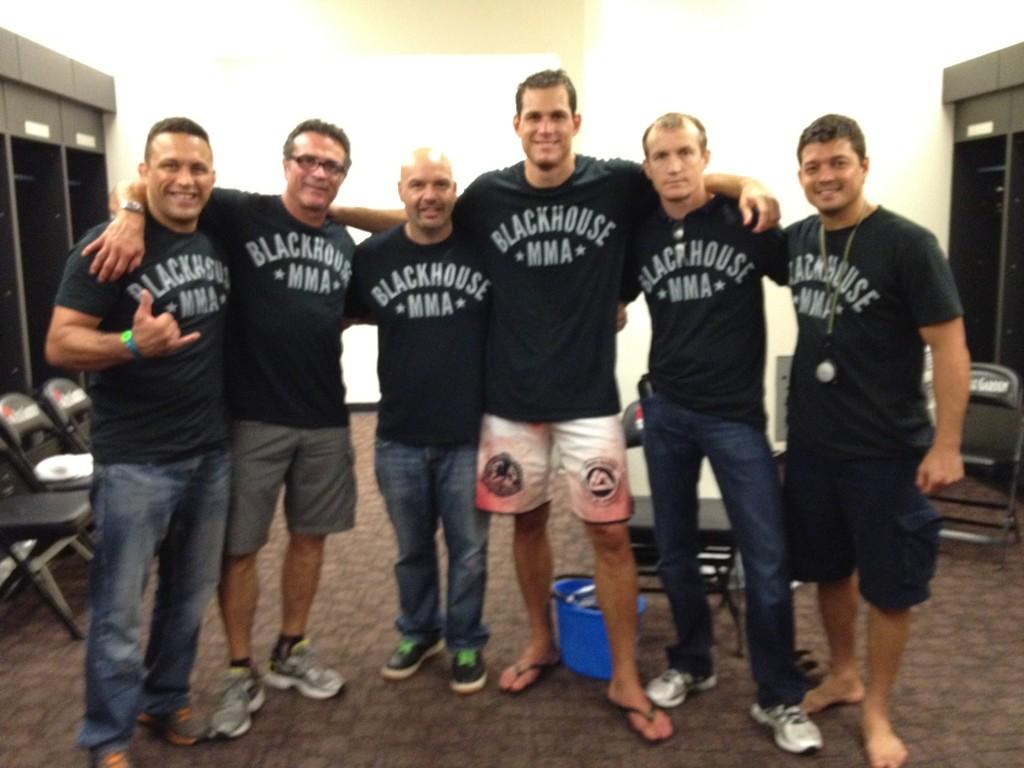 Roger Gracie com a equipe no Strikeforce, após a luta: Renzo, Joinha Guimarães, Ed Soares, Rilion e Chinzo Machida abraçam o vencedor.