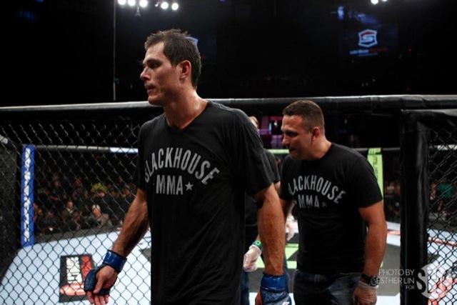 """Após a luta, missão cumprida: """"O Roger está se tornando um lutador melhor e um homem melhor a cada desafio desses"""", comentou Renzo Gracie, seu córner."""
