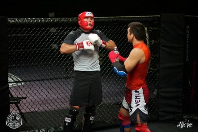 Roger escuta macetes de Lyoto entre um round e outro do treino de sparring. Foto: Divulgação.