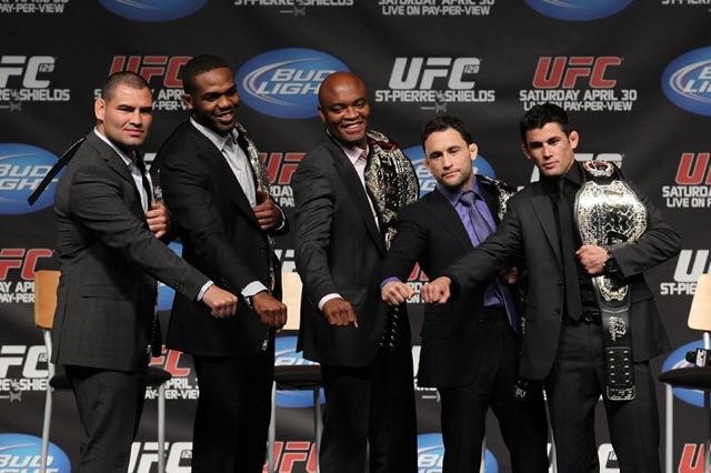 Os campeões Jon Jones e Anderson cercado por outros monstros do UFC em 2011: seria uma potencial luta dos sonhos do MMA? Foto: UFC/Divulgação