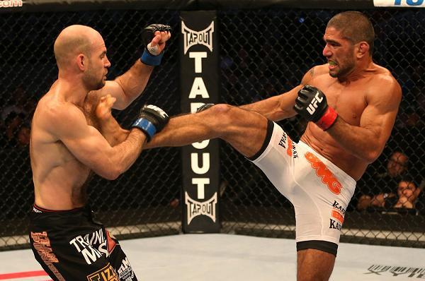 Marcelo Guimarães acertando um chute frontal em Daniel Stittgen no UFC on Fuel 5. Foto: UFC/Divulgação