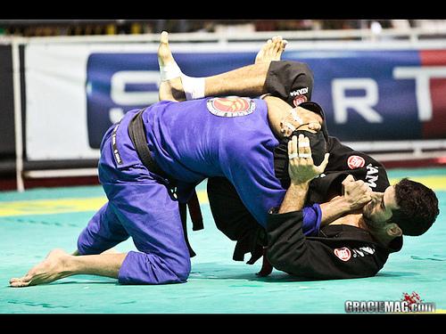 Rio Open champ teaches trick to his Jiu-Jitsu triangle spree