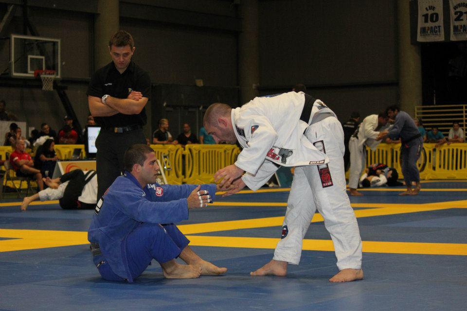 "Augusto ""Tanquinho"" Mendes faz guarda sentada no Las Vegas Open. Foto: IBJJF"