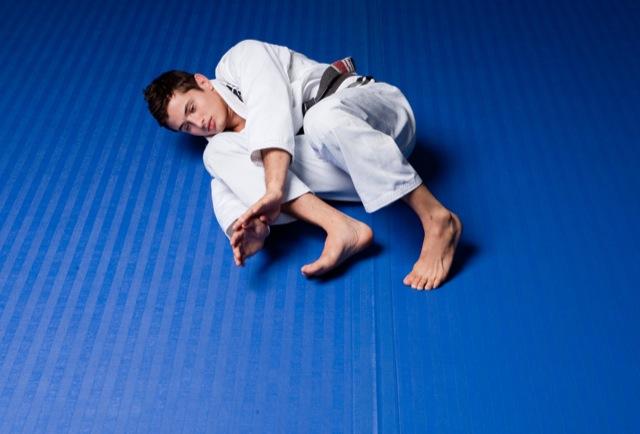 Caio Terra usa o quadril para se movimentar no Jiu Jitsu