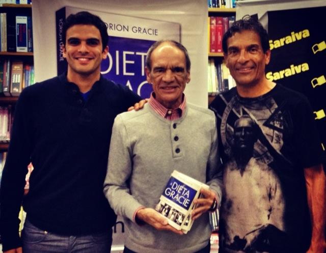 """Rorion com Gui e Pedro Valente (ao centro), autor do prefácio de """"A Dieta Gracie"""", recém-lançado no Rio de Janeiro. Foto: Acervo Pessoal"""