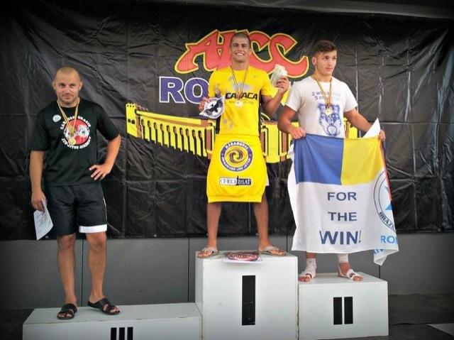 O levinho Gabriel Marangoni venceu quatro lutas para ser campeão absoluto em Bucareste, na Romênia. Foto: Divulgação