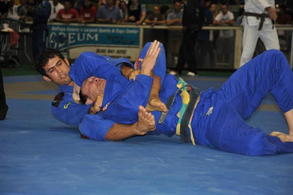 Otavio Sousa pegando as costas e estrangulando no Chicago Open. Foto: IBJJF/Divulgação.