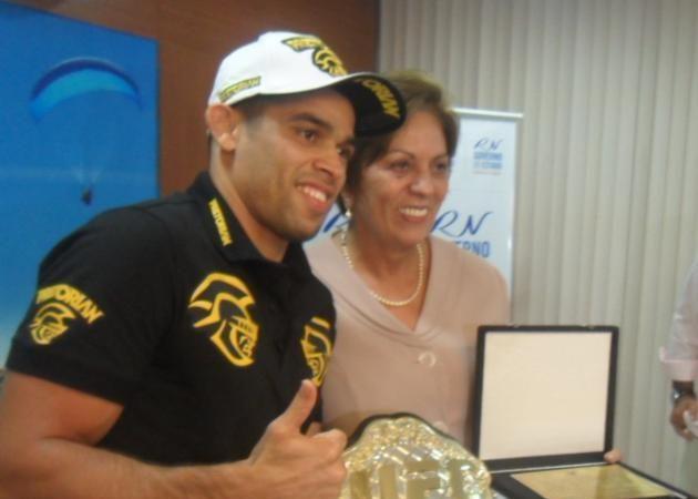"""Renan """"Barão"""" awarded plaque by governor of home state"""