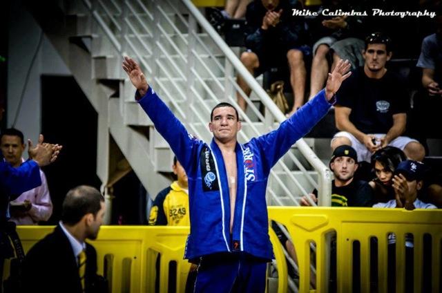 Rodrigo Comprido celebra no Jiu Jitsu foto de Mike Calimbas
