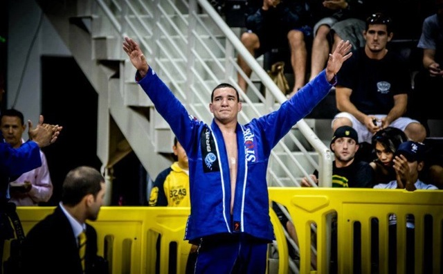 Rodrigo Comprido celebra no Jiu-Jitsu. Foto de Mike Calimbas