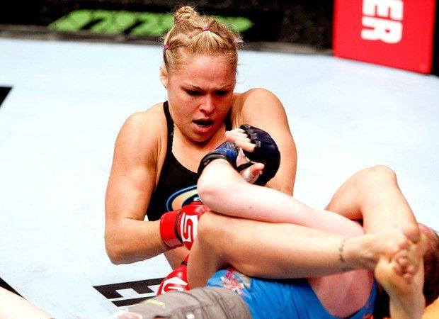 Vídeo: Ronda Rousey e Eddie Bravo mostram como finalizar quem defende bem as costas