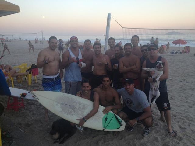 Vitor Belfort com os amigos do Leblon, no posto 11.