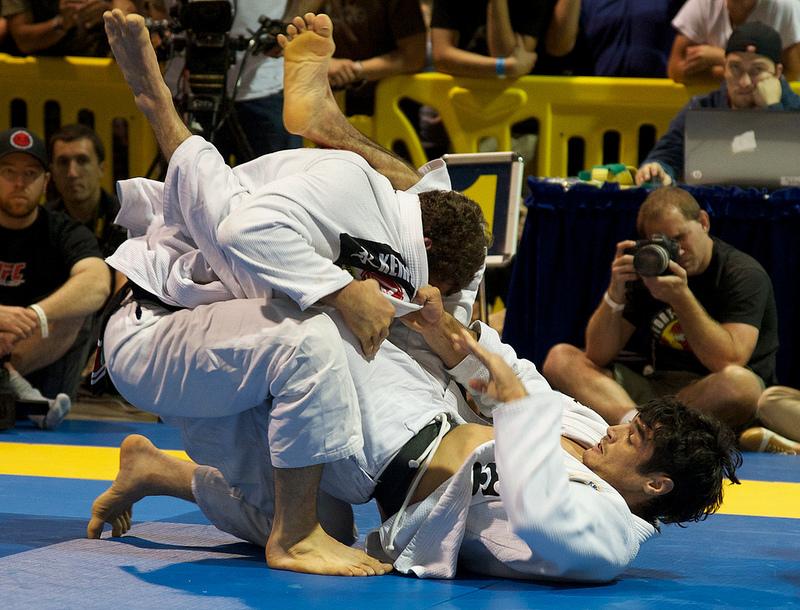 Kron Gracie com Victor Estima na guarda aberta durante World Jiu Jitsu Expo 2012