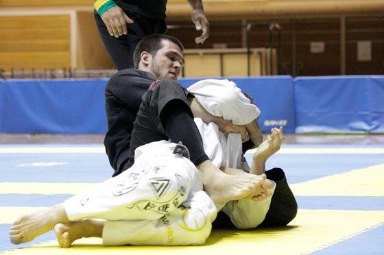 Michael Langhi junta os pés para finalizar no Japão. Foto: Acervo Pessoal