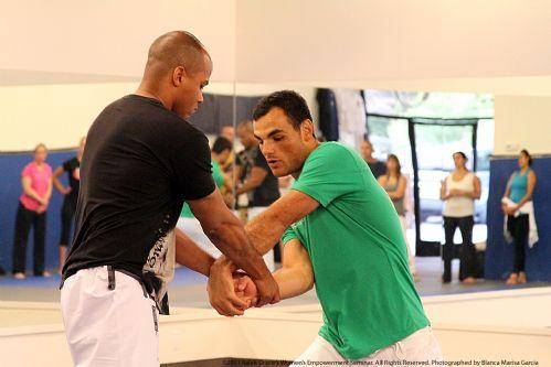 Ralek Gracie durante aula de defesa pessoal na Califa. Foto: Divulgação