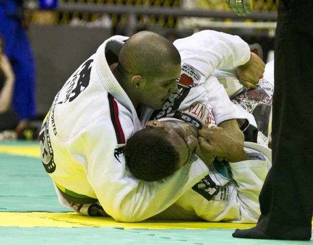 Rodolfo Vieira ataca as costas e finaliza no pescoço no Brasileiro de Equipes 2012. Foto: Gustavo Aragão/GRACIEMAG