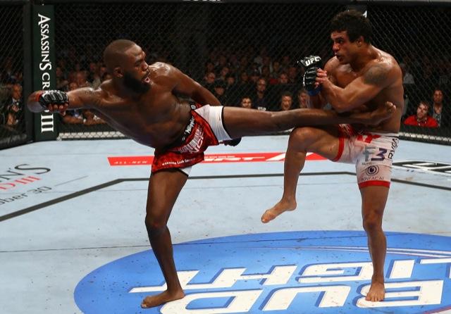 Jones solta a sola em Vitor Belfort, durante o UFC de Toronto. Foto: Josh Hedges/UFC