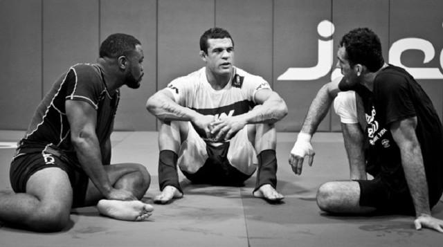 Vitor Belfort na equipe Blackzilians, entre o ex-campeão do UFC Rashad Evans e o campeão de Jiu-Jitsu Braulio Estima. Foto: Ryan Loco