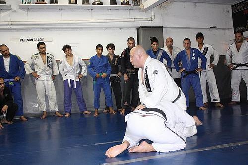 Aprenda a ajustar o joelho na barriga como Carlson Gracie ensinava